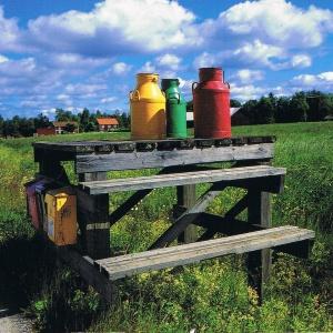 Verkaufsstand für Milch an einem schwedischen Dorfweg