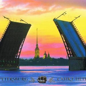Die Schloßbrücke in St. Petersburg während einer weißen Nacht