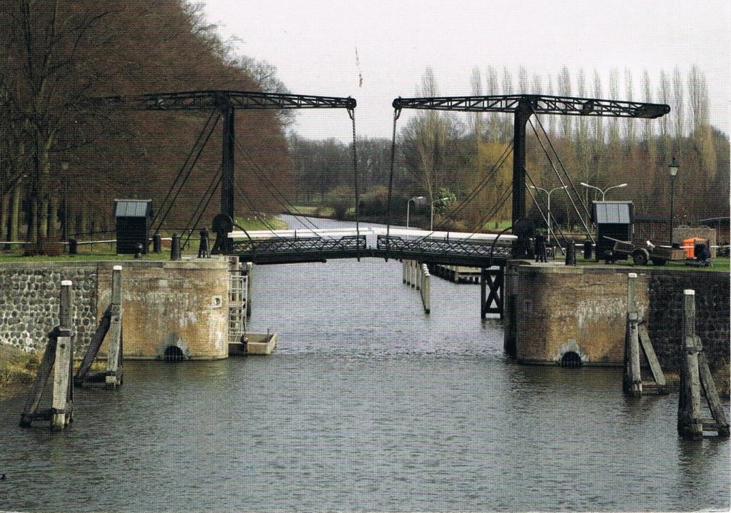 Hebebrücke über einen Kanal